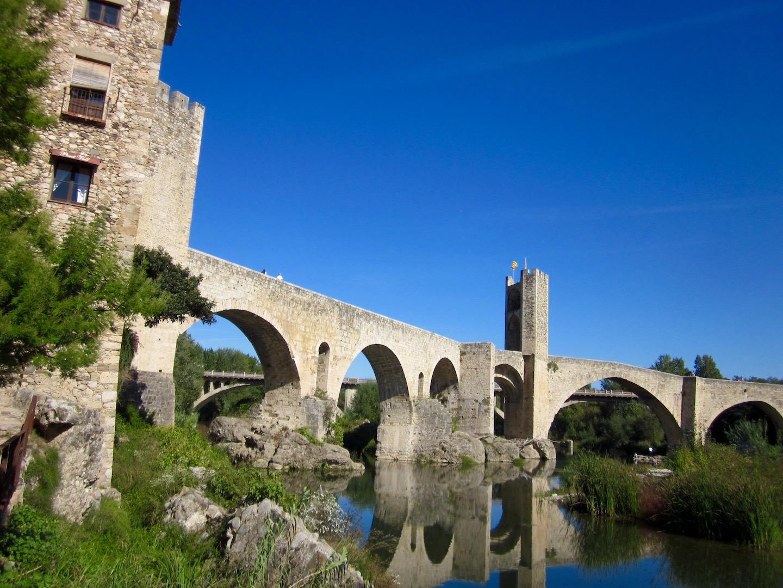Espejo de agua debajo del puente medieval