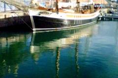 Velero en el puerto de Barcelona