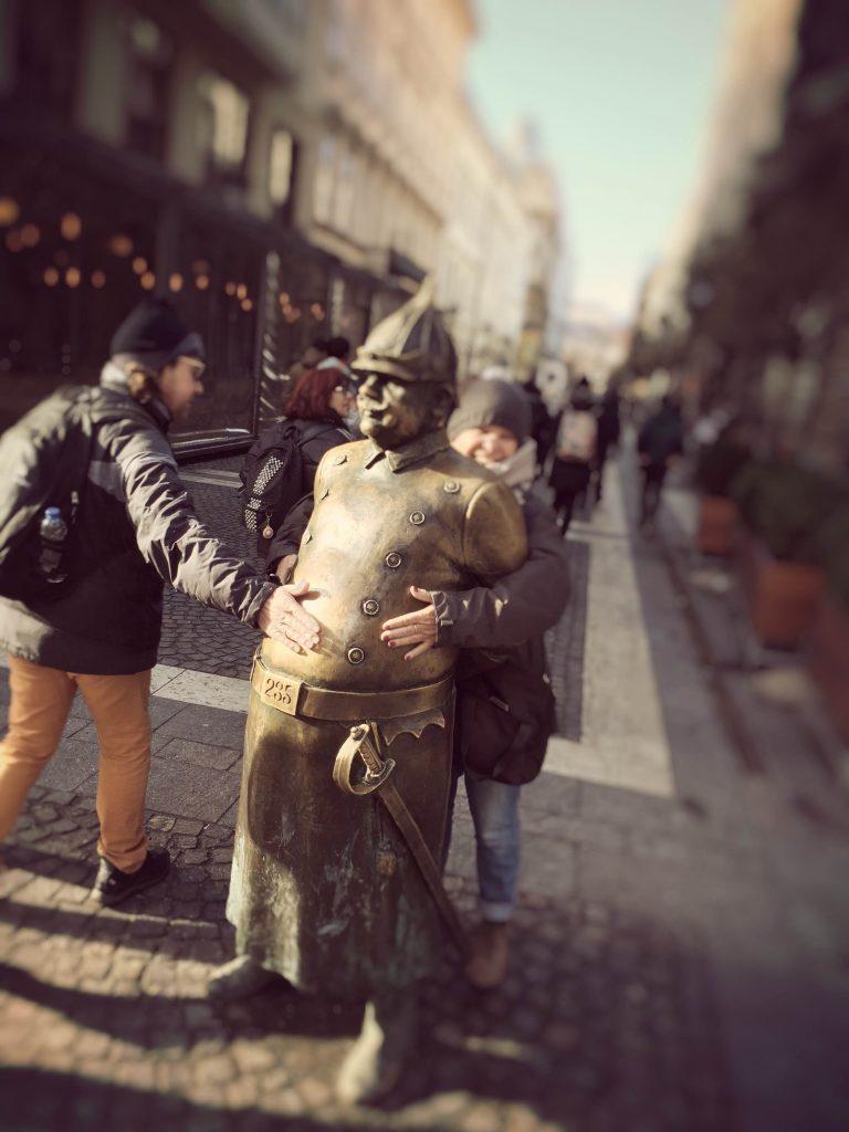 Una de las curiosidades de Budapest ,es la estatua de bronce de un policía de la época imperial, que esta parado en una esquina cerca de la Basílica de San Esteban . Es casi imprescindible adherirse a la superstición…Cada persona que pasa cerca de ella, le toca el bigote para darte suerte . Y si le tocas la barriga al policía, dicen los supersticiosos que no engordaras.