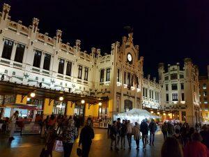 La Estacion del Norte- Valencia .Tanto en el exterior como en el interior, homenajea a la industria valenciana y, en especial a la naranja.