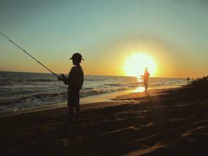 Pescando en la playa de Pehuen-co