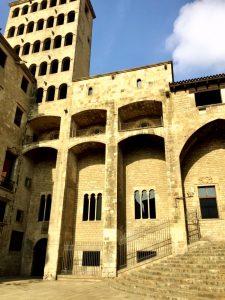 debajo museo arqueologico hist./Pza donde reciben a Colon los reyes catolicos
