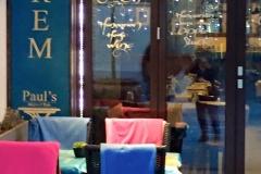 VÁCI UTCA, es una de las calles comerciales con mas encanto y elegante de Budapest. Muchas tiendas y cafeterías repletas de gente. En las mesas ubicadas sobre la acera, colocan sobre sus sillas las mantas para cubrirse del frío.